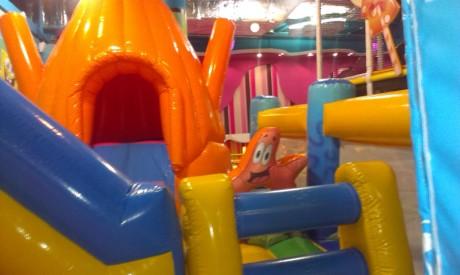 Надувные аттракционы Спанч Боб BR в детском центре  Карамелька