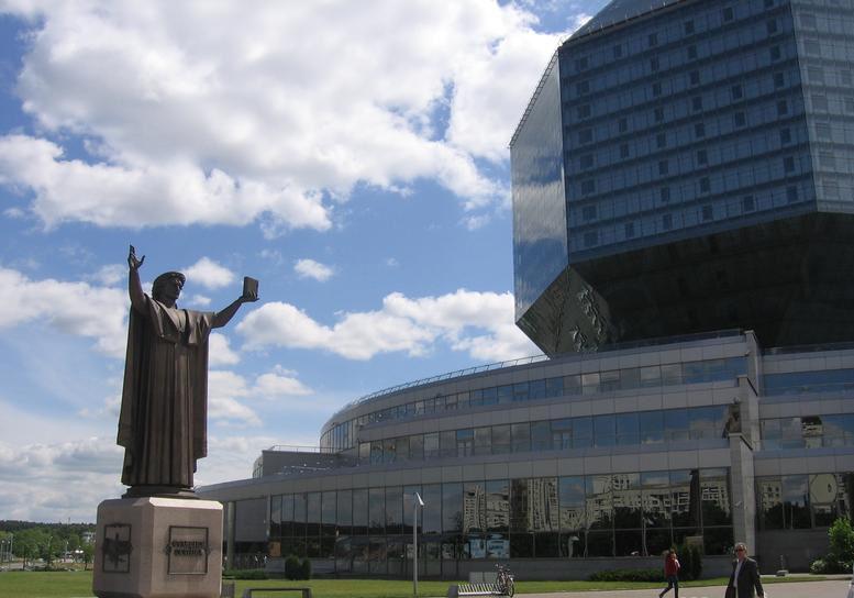 Рядом с входом в библиотеку - бронзовая скульптура Франциска Скорины - белорусского первопечатника