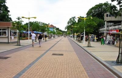 В Паланге на улице много кафе, магазинов и ресторанов