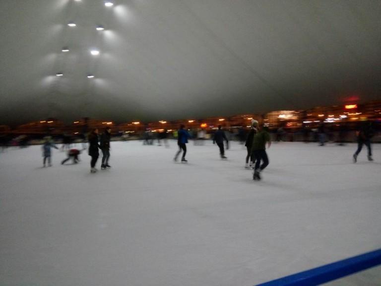 Каток   катание на коньках для детей и взрослых  у Дворца спорта  г. Минск  25 декабря 2016