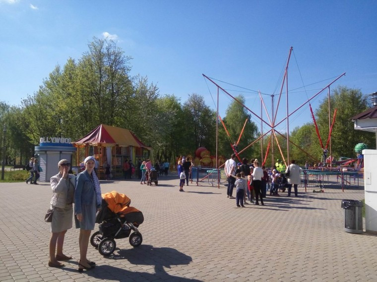 Прыжки на батуте с ремнями  в парке  900-летия   г. Минск 3 июня 2017