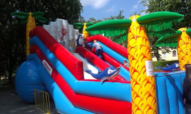 Надувная горка с шариковым бассеином  в парке Горького  г. Минск 21 мая 2016