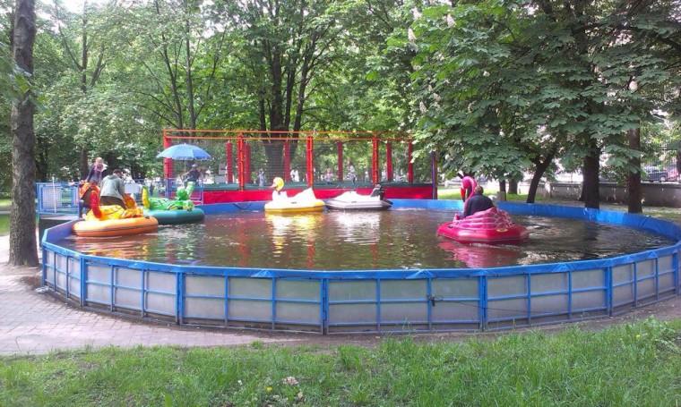 Бассейн с электролодочками  в парке Горького  г. Минск 28 мая 2016