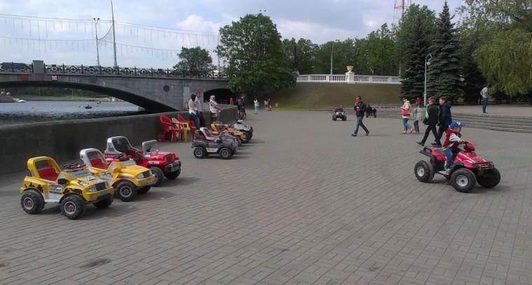 Электромашинки  и  четырехколесные мотоциклы  в парке Горького  г. Минск 21 мая 2016