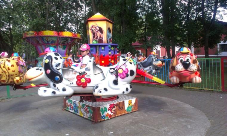 Детский аттракцион   Собачки   в парке Горького  г. Минск 28 мая 2016