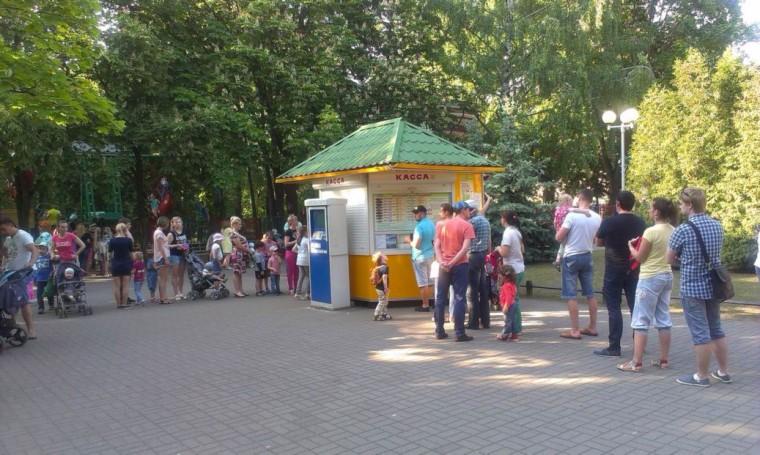 Очередь в кассе на детские аттракционы в парке Горького в 17:00  г. Минск 28 мая 2016  суббота