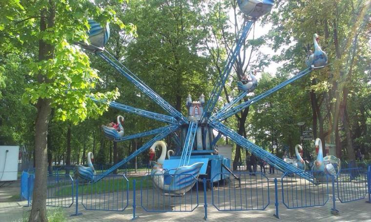 Аттракцион  Лебеди   в парке Горького  г. Минск 21 мая 2016