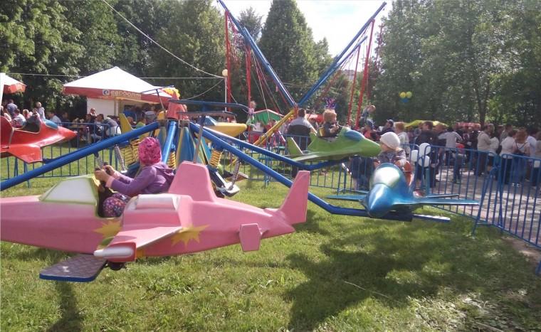 Детский аттракцион  Самолетик  в  парке Павлова   г. Минск 3 июля 2017