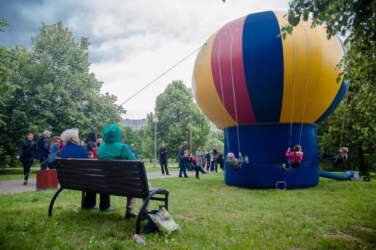 Детские качели на надувном шаре в  парке Павлова   г. Минск 3 июля 2017