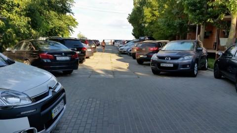 Автостоянка  на территории базы отдыха  Рось  Затока  Одесская область  Украина  12 августа 2016