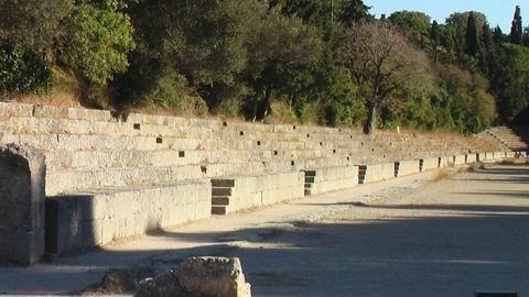 руины стадиона и развалины храмов Зевса Полнея  Аполлона Пифийского и Афины Полиады  город Годос  Греция