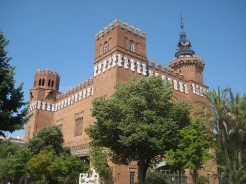 здание в виде крепости BR г. Барселона  Испания