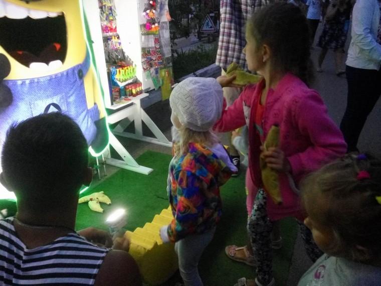 Бросать бананы   детское развлечение  рядом с остановкой  Солнечная  поселок Затока  Украина  время 21:02  12 июля 2017