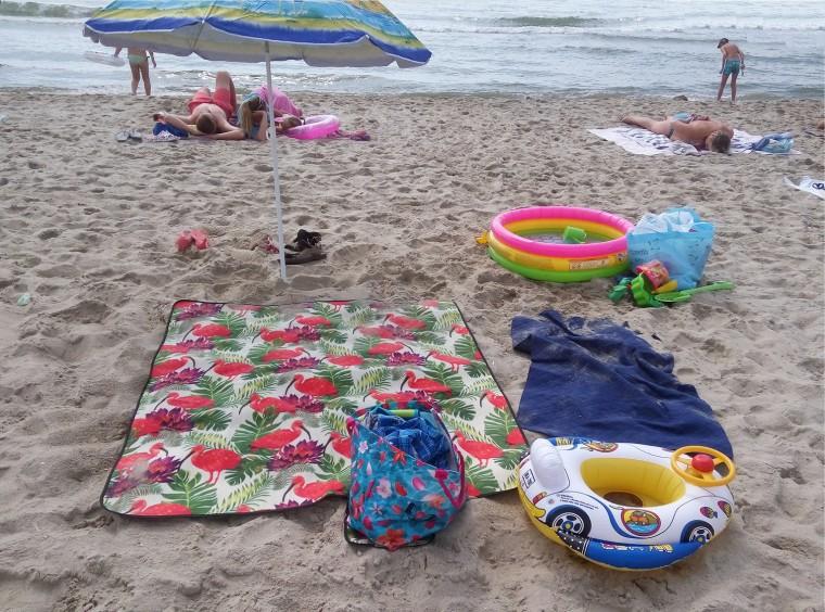 Пляж  море  детский бассейн  покрывало  База отдыха  Рось   время 10:09 утро  13 июля 2017