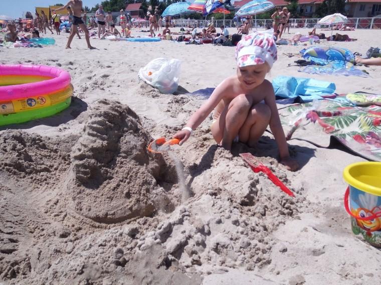 Ребенок играет в песочке на пляже  База отдыха  Рось   время 12:20  15 июля 2017
