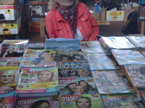 Обычные  и  глянцевые журналы  Ночная книжная ярмарка  выставка  г. Минск  Беларусь  фото 16 мая 2017