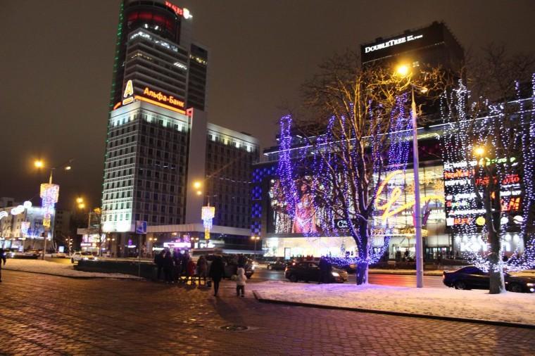 Деревья с гирляндами у новогодней елки  у Дворца спорта  г. Минск  28 декабря 2019