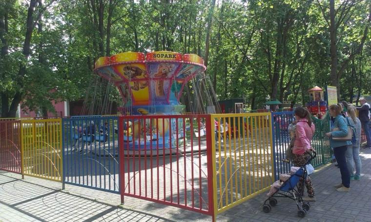 Аттракцион   Детская цепочная карусель   в парке Горького  г. Минск 21 мая 2016