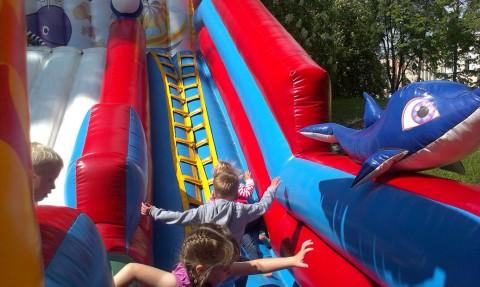 Надувная горка с шариковым бассеином  в парке Горького BR  г. Минск 21 мая 2016