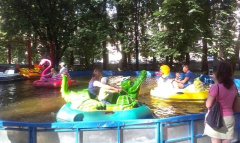 Бассейн с электролодочками  в парке Горького BR  г. Минск 28 мая 2016