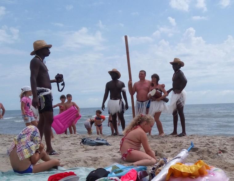 Фото с неграми на пляже  База отдыха  Рось   время 12:22  13 июля 2017
