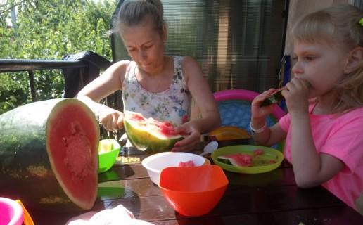 Арбуз  кушаем в номере База отдыха  Рось   Затока  Украина  время 15:39  13 июля 2017
